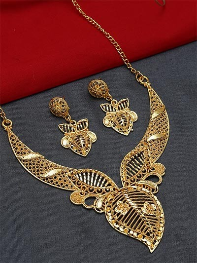 Golden Necklace Set Adorned with Leaves Motifs