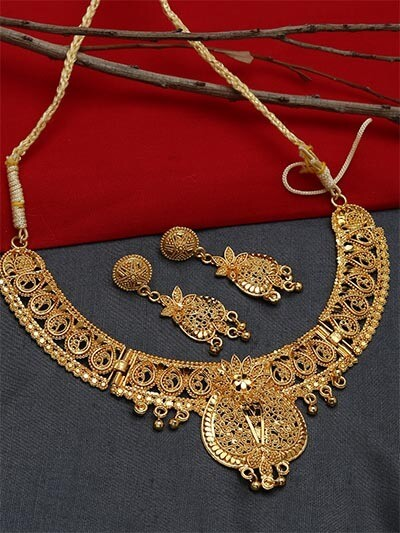 Golden Necklace Set Adorned with Floral Motifs