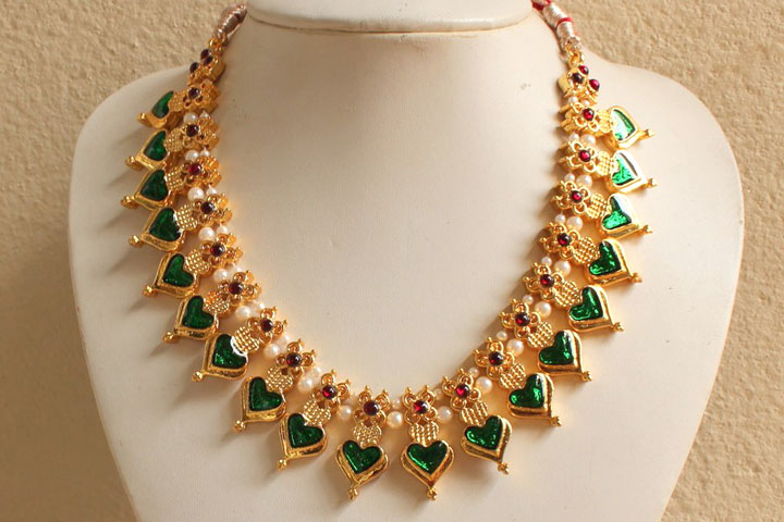 Palakka Mala is a gold leaf pattern necklace embedded with precious stones.