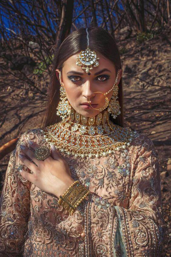 22 Gorgeous (And Trending) Maang Tikka Hairstyles For Your Wedding Look 7