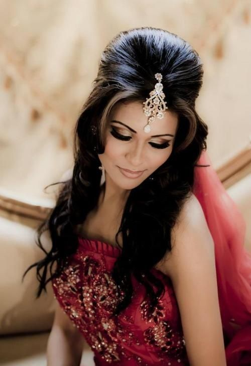 22 Gorgeous (And Trending) Maang Tikka Hairstyles For Your Wedding Look 2